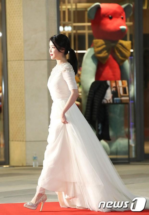 Thảm đỏ khủng nhất lịch sử Kbiz: Suzy hở bạo bên nữ thần Yoona, Sunmi gây sốc vì vòng 1, BTS và 150 siêu sao đại náo - Ảnh 11.