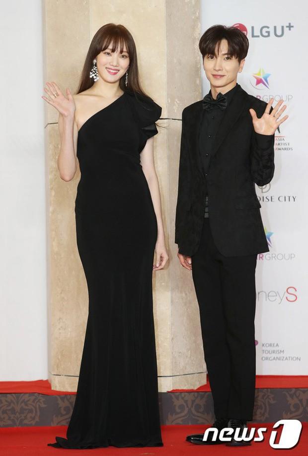 Thảm đỏ khủng nhất lịch sử Kbiz: Suzy hở bạo bên nữ thần Yoona, Sunmi gây sốc vì vòng 1, BTS và 150 siêu sao đại náo - Ảnh 25.