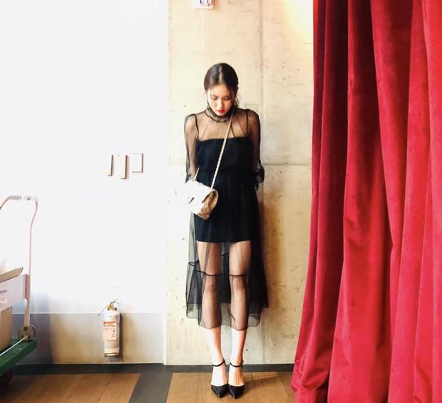 Jeon Somi mặc váy xuyên thấu chút đỉnh, netizen Hàn đã đồng loạt chỉ trích: mởi 17 tuổi thì hãy chừng mực! - Ảnh 1.