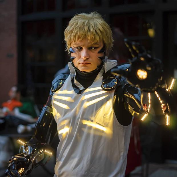 Đẳng cấp cosplay hơn cả kỹ xảo Hollywood: Hóa thành Genos (One Punch Man) tung chưởng khói lửa như thật - Ảnh 4.