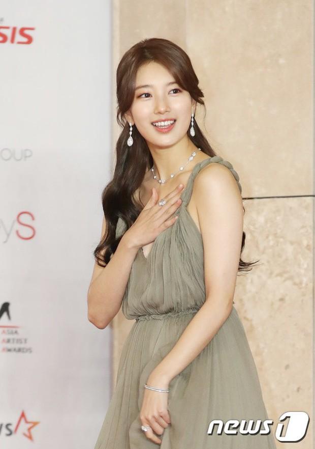 Thảm đỏ khủng nhất lịch sử Kbiz: Suzy hở bạo bên nữ thần Yoona, Sunmi gây sốc vì vòng 1, BTS và 150 siêu sao đại náo - Ảnh 4.