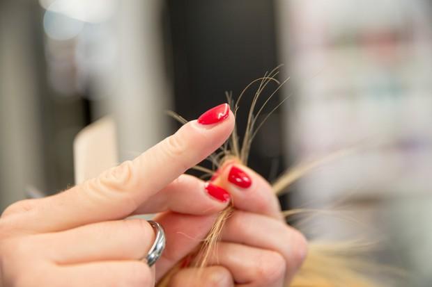 Mùa này tóc rất dễ chẻ ngọn nên hãy làm ngay những điều sau để có mái tóc đẹp - Ảnh 2.