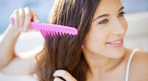 Mùa này tóc rất dễ chẻ ngọn nên hãy làm ngay những điều sau để có mái tóc đẹp - Ảnh 3.