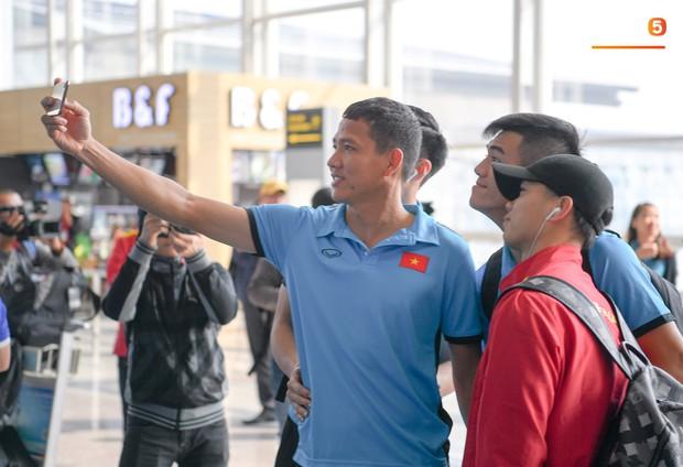 Tuyển thủ Việt Nam tranh nhau ăn bánh gấu của Hoàng tử Ả-rập trước giờ bay sang Philippines dự bán kết AFF Cup 2018 - Ảnh 9.