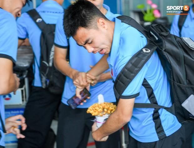 Tuyển thủ Việt Nam tranh nhau ăn bánh gấu của Hoàng tử Ả-rập trước giờ bay sang Philippines dự bán kết AFF Cup 2018 - Ảnh 4.