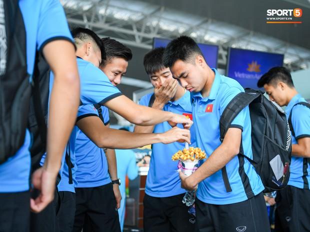 Tuyển thủ Việt Nam tranh nhau ăn bánh gấu của Hoàng tử Ả-rập trước giờ bay sang Philippines dự bán kết AFF Cup 2018 - Ảnh 3.