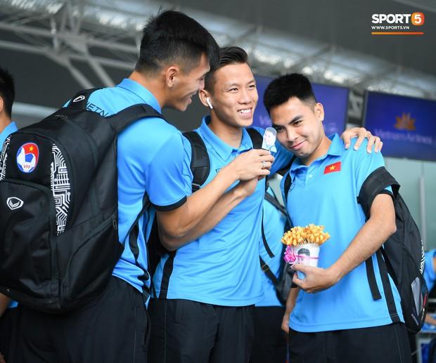 Tuyển thủ Việt Nam tranh nhau ăn bánh gấu của Hoàng tử Ả-rập trước giờ bay sang Philippines dự bán kết AFF Cup 2018 - Ảnh 6.