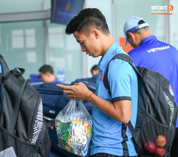 Tuyển thủ Việt Nam tranh nhau ăn bánh gấu của Hoàng tử Ả-rập trước giờ bay sang Philippines dự bán kết AFF Cup 2018 - Ảnh 7.