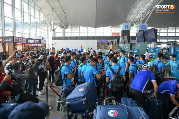 Tuyển thủ Việt Nam tranh nhau ăn bánh gấu của Hoàng tử Ả-rập trước giờ bay sang Philippines dự bán kết AFF Cup 2018 - Ảnh 2.