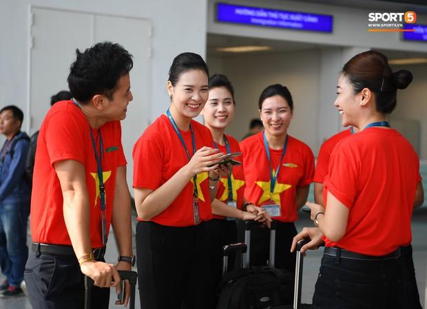 Tuyển thủ Việt Nam tranh nhau ăn bánh gấu của Hoàng tử Ả-rập trước giờ bay sang Philippines dự bán kết AFF Cup 2018 - Ảnh 15.