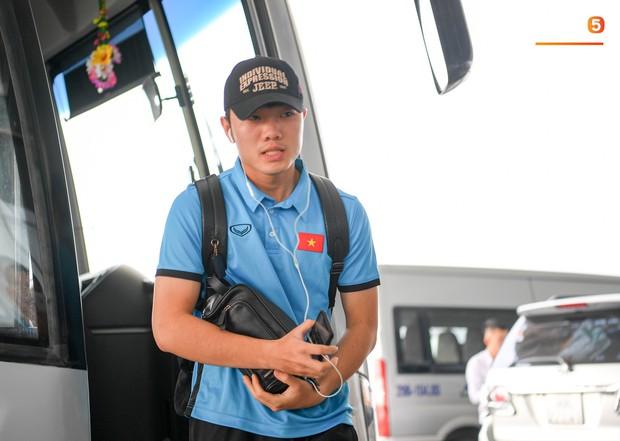 Tuyển thủ Việt Nam tranh nhau ăn bánh gấu của Hoàng tử Ả-rập trước giờ bay sang Philippines dự bán kết AFF Cup 2018 - Ảnh 13.