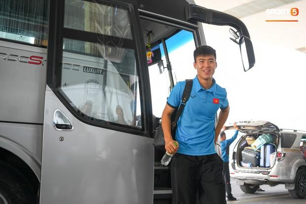 Tuyển thủ Việt Nam tranh nhau ăn bánh gấu của Hoàng tử Ả-rập trước giờ bay sang Philippines dự bán kết AFF Cup 2018 - Ảnh 12.
