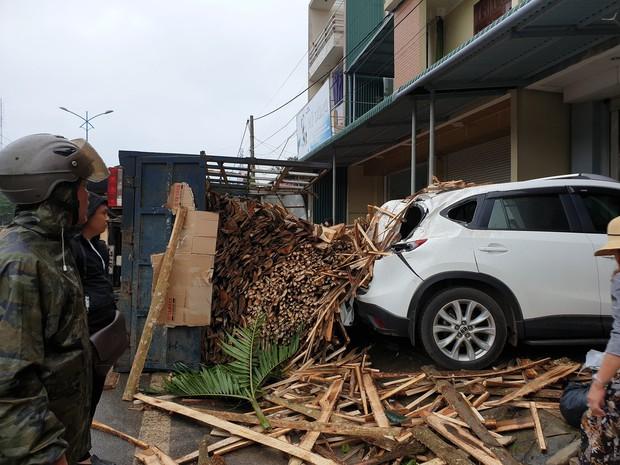 Clip: Tránh cụ ông đạp xe băng qua đường, xe tải chở gỗ lật ngang rồi đè móp đuôi xế hộp CX5 - Ảnh 3.