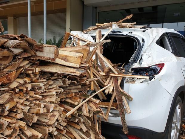 Clip: Tránh cụ ông đạp xe băng qua đường, xe tải chở gỗ lật ngang rồi đè móp đuôi xế hộp CX5 - Ảnh 4.