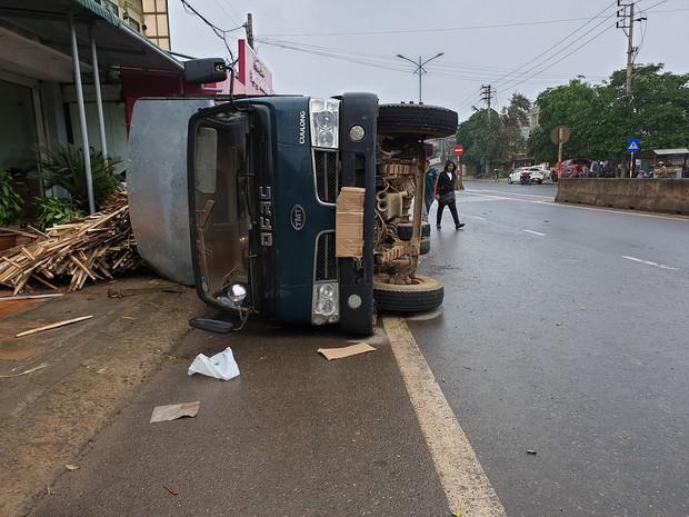 Clip: Tránh cụ ông đạp xe băng qua đường, xe tải chở gỗ lật ngang rồi đè móp đuôi xế hộp CX5 - Ảnh 2.