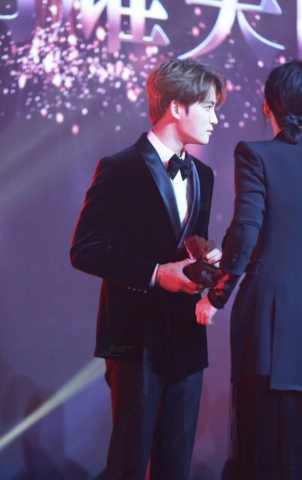 Nhan sắc cực phẩm của Kim Jaejoong tại thảm đỏ Cosmo: Từng khoảnh khắc đều hoàn mỹ đến khó tin - Ảnh 23.