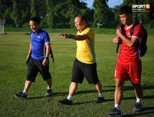 Những nụ cười lạc quan của tuyển Việt Nam giữa muôn vàn khó khăn trên đất Philippines - Ảnh 2.