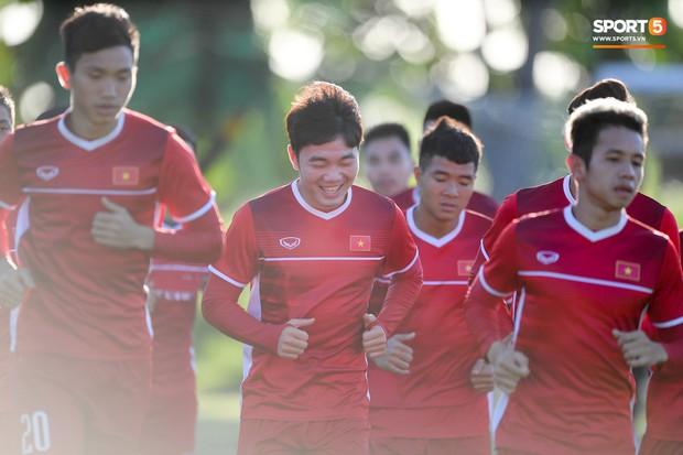 Những nụ cười lạc quan của tuyển Việt Nam giữa muôn vàn khó khăn trên đất Philippines - Ảnh 3.
