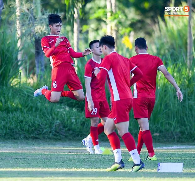 Những nụ cười lạc quan của tuyển Việt Nam giữa muôn vàn khó khăn trên đất Philippines - Ảnh 10.