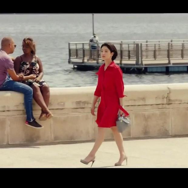 """Phim vừa chiếu, Song Hye Kyo đã """"bị"""" soi ngay style đơn giản mà mang giày 7 triệu, túi 80 triệu đồng - Ảnh 2."""