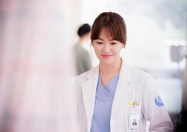 Loạt bằng chứng bóc trần thói mê trai, ham tiền của Song Hye Kyo từ thời Hậu Duệ Mặt Trời cho tới Encounter - Ảnh 3.