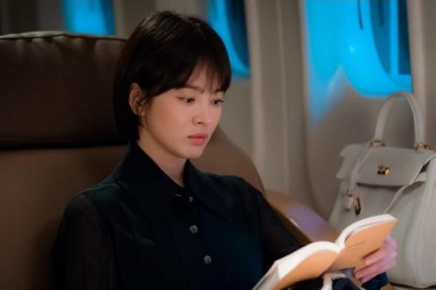Loạt bằng chứng bóc trần thói mê trai, ham tiền của Song Hye Kyo từ thời Hậu Duệ Mặt Trời cho tới Encounter - Ảnh 4.