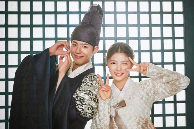 Park Bo Gum và Kim Yoo Jung đối đầu trực tiếp trên đường đua phim Hàn - Ảnh 2.