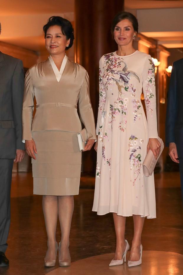Hoàng hậu Tây Ban Nha mặc váy của ASOS đón tiếp vợ chồng Chủ tịch Trung Quốc mà trông vẫn đẹp và sang vô cùng - Ảnh 2.