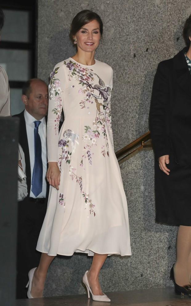 Hoàng hậu Tây Ban Nha mặc váy của ASOS đón tiếp vợ chồng Chủ tịch Trung Quốc mà trông vẫn đẹp và sang vô cùng - Ảnh 3.