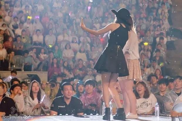 Cô gái nhỏ IU có khả năng làm mọi thứ nổi tiếng: Ăn rề rà cũng gây bệnh, vệ sĩ, quản lý đều có fan riêng - Ảnh 26.