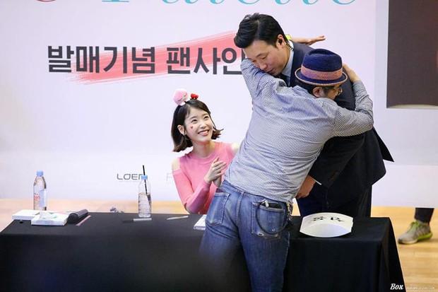 Cô gái nhỏ IU có khả năng làm mọi thứ nổi tiếng: Ăn rề rà cũng gây bệnh, vệ sĩ, quản lý đều có fan riêng - Ảnh 30.