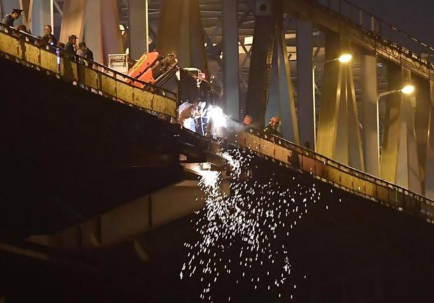 Trục vớt ô tô Mercedes lao từ cầu Chương Dương xuống sông Hồng: Hai thi thể trong xe gồm 1 nam, 1 nữ - Ảnh 8.