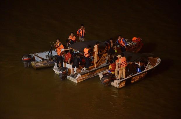 Nóng: Ô tô Mercedes bất ngờ đâm gãy thành cầu Chương Dương rồi lao xuống sông Hồng, 5 ca nô được huy động tìm kiếm các nạn nhân - Ảnh 6.