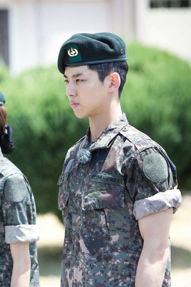 Các nam thần Kpop tỏa khí chất ngời ngời khi khoác lên mình quân phục - Ảnh 18.