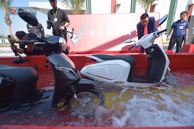 """Clip: Xe máy điện thông minh Klara của VinFast """"bất tử"""" dù lội nước 30 phút, sẵn sàng """"chiến đấu"""" với ngập lụt Việt Nam - Ảnh 5."""