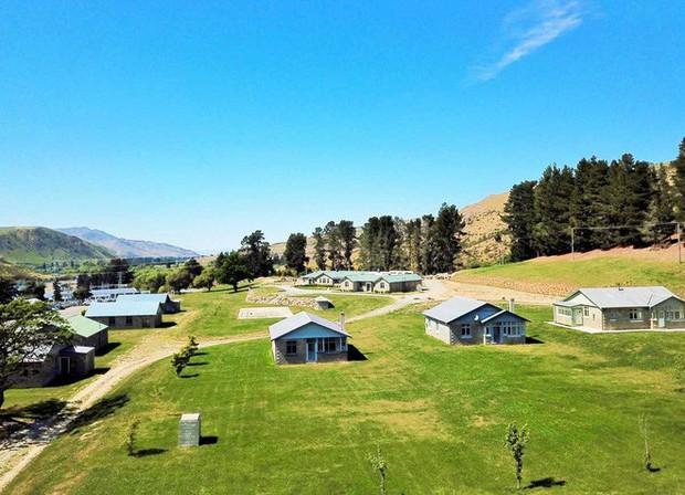Bạn có thể mua lại cả ngôi làng ở New Zealand với giá 41,8 tỷ để đưa tất cả anh em đến ở cùng cho vui - Ảnh 2.