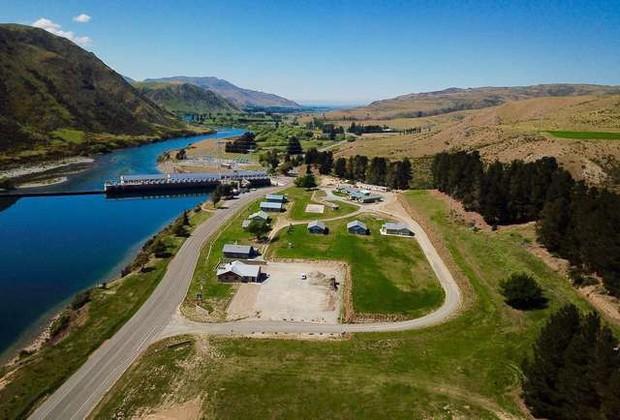 Bạn có thể mua lại cả ngôi làng ở New Zealand với giá 41,8 tỷ để đưa tất cả anh em đến ở cùng cho vui - Ảnh 1.