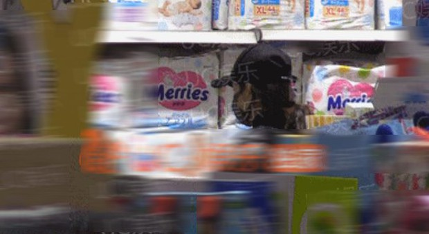 Triệu Lệ Dĩnh bị paparazzi tóm gọn khi vác bụng bầu đi mua sắm bỉm sữa? - Ảnh 2.