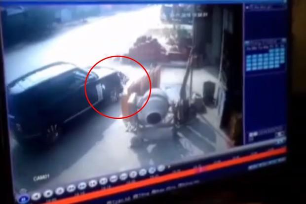 Tông nữ hiệu trưởng đứng bên lề đường tử vong, tài xế xe Range Rover tiếp tục chạy 3km rồi đâm vào container mới dừng lại - Ảnh 1.
