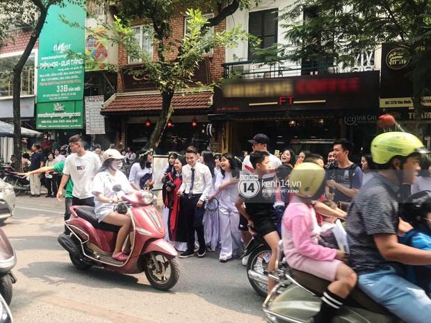 Đôi bạn thân Dũng - Chinh thần thái như Idol, sang đường thôi cũng khiến sinh viên bỏ chụp kỷ yếu vây quanh - Ảnh 6.