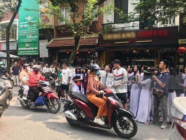 Đôi bạn thân Dũng - Chinh thần thái như Idol, sang đường thôi cũng khiến sinh viên bỏ chụp kỷ yếu vây quanh - Ảnh 2.