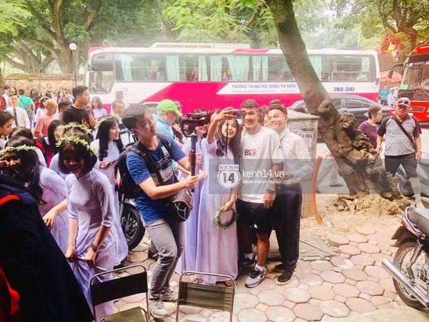 Đôi bạn thân Dũng - Chinh thần thái như Idol, sang đường thôi cũng khiến sinh viên bỏ chụp kỷ yếu vây quanh - Ảnh 5.