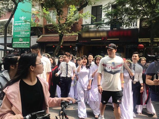 Đôi bạn thân Dũng - Chinh thần thái như Idol, sang đường thôi cũng khiến sinh viên bỏ chụp kỷ yếu vây quanh - Ảnh 3.