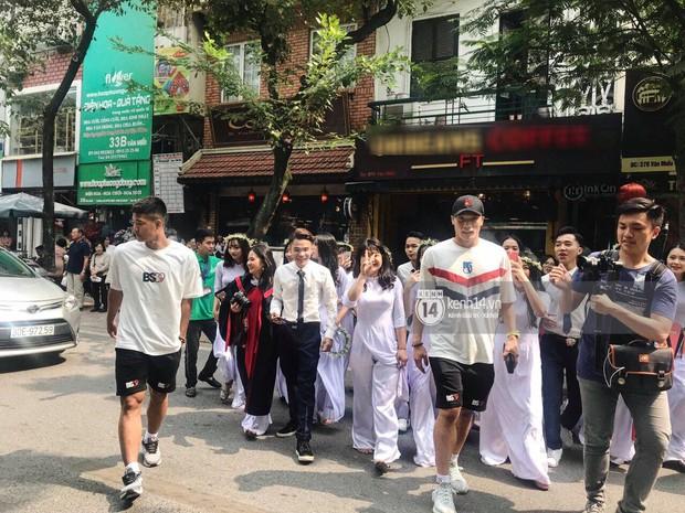 Đôi bạn thân Dũng - Chinh thần thái như Idol, sang đường thôi cũng khiến sinh viên bỏ chụp kỷ yếu vây quanh - Ảnh 1.