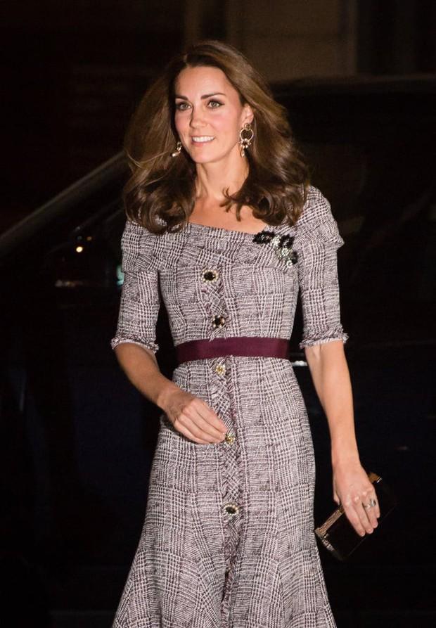 Dù đang bị Meghan Markle chiếm spotlight nhưng Kate Middleton vẫn là biểu tượng thời trang có tầm ảnh hưởng lớn nhất - Ảnh 4.