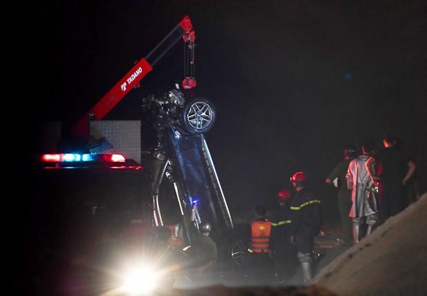 Trục vớt ô tô Mercedes lao từ cầu Chương Dương xuống sông Hồng: Hai thi thể trong xe gồm 1 nam, 1 nữ - Ảnh 10.