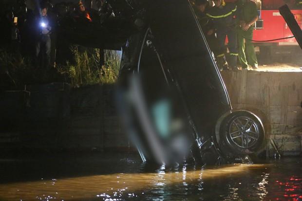 Trục vớt ô tô Mercedes lao từ cầu Chương Dương xuống sông Hồng: Hai thi thể trong xe gồm 1 nam, 1 nữ - Ảnh 13.