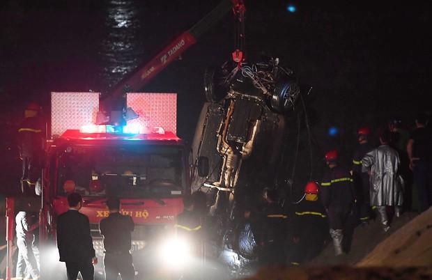Trục vớt ô tô Mercedes lao từ cầu Chương Dương xuống sông Hồng: Hai thi thể trong xe gồm 1 nam, 1 nữ - Ảnh 11.