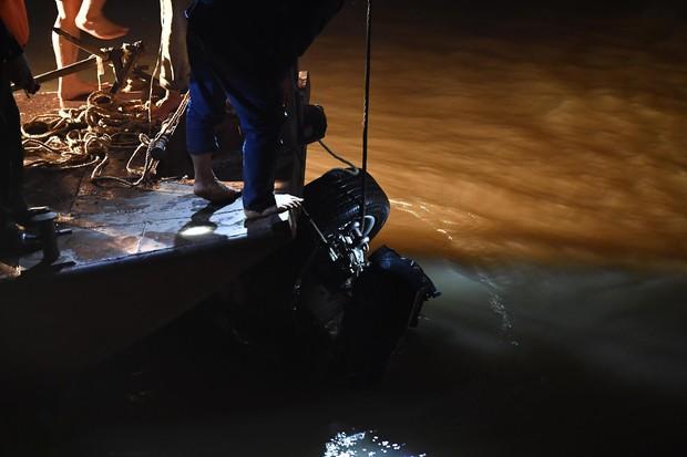 Trục vớt ô tô Mercedes lao từ cầu Chương Dương xuống sông Hồng: Hai thi thể trong xe gồm 1 nam, 1 nữ - Ảnh 4.