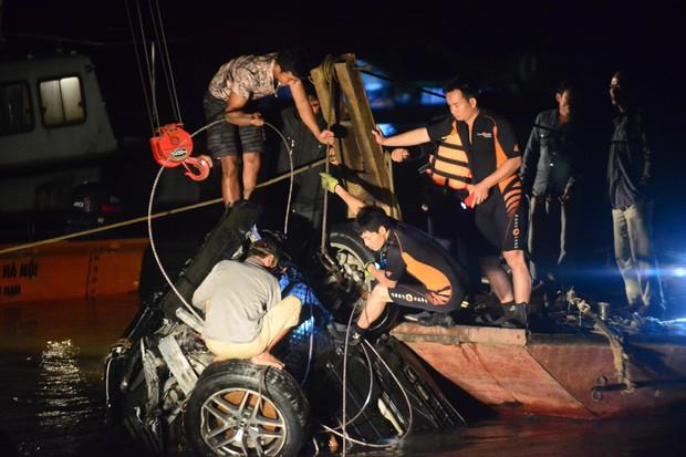 Trục vớt ô tô Mercedes lao từ cầu Chương Dương xuống sông Hồng: Hai thi thể trong xe gồm 1 nam, 1 nữ - Ảnh 16.